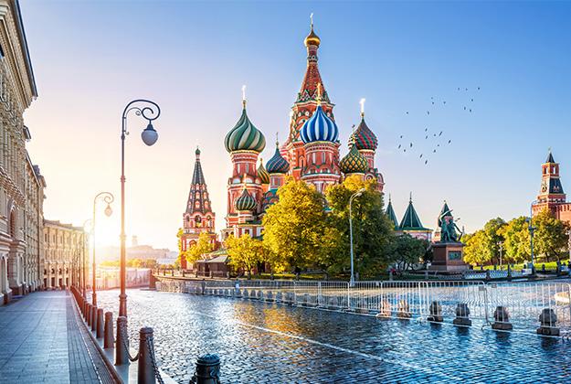 We trekken via Moskou naar het prachtige Siberië per trein, bus, SUV, hovercraft, sneeuwscooter en zelfs per hondenslee, dwars door het winterse landschap!